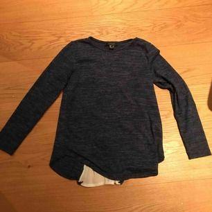 Långärmad mörkblå tröja med snygg detalj på ryggen. Superskönt material och passar alla från XS-M.