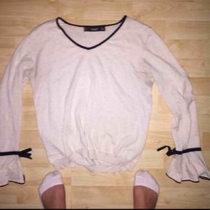 Jättefin tunn långärmad tröja från Mango, rosett vid armarna och även dem lite utsvängda