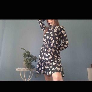 Mörkgrön klänning med vita blommor🥀 Vida armar med resor vid handleden och högkrage