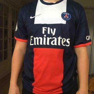 """Paris Saint Germains officiella hemmatröja för säsongen 2013-2014. """"Ibrahimovic"""" är tryckt på tröjans baksida. Helt oanvänd. Inköpt i den officiella fanshopen i Paris, nypris 110€ (som går att se på prislappen som fortfarande sitter kvar).  Storlek XL."""
