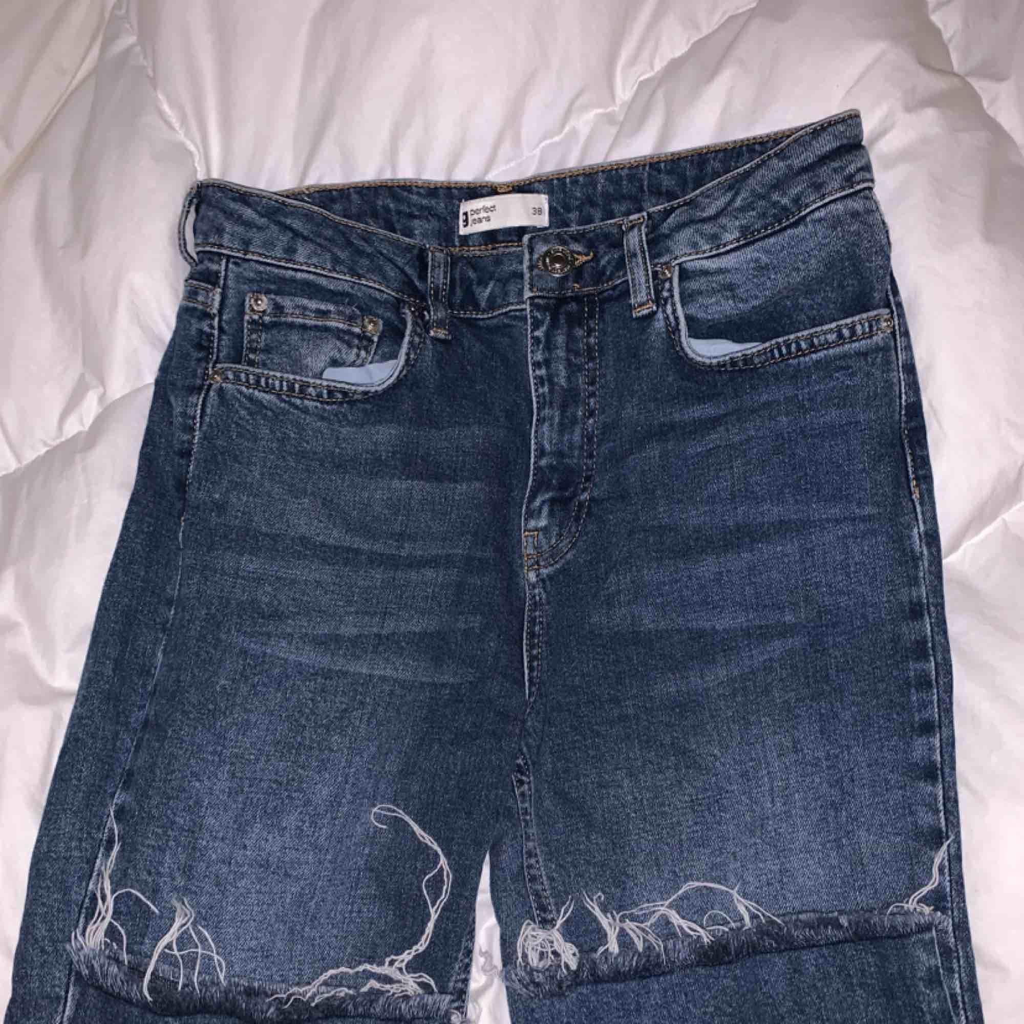Blåa croppade jeans . Jeans & Byxor.