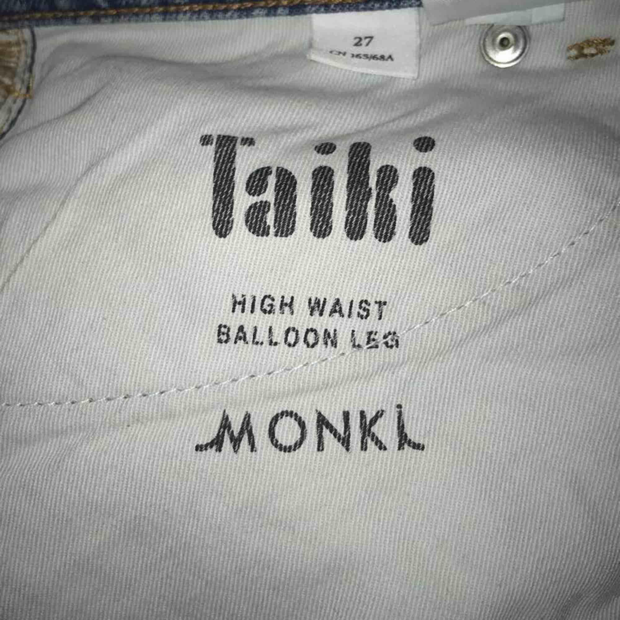 Snygga och bekväma jeans från monki, modellen taiki, Storlek 27. Köparen står för frakt🥰 skriv för fler bilder! Vid många intresserade gäller bud. Jeans & Byxor.