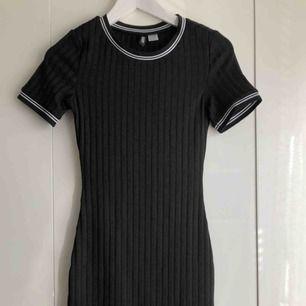 Svart tight klänning som formar sig efter din kropp! Aldrig använd. Frakt tillkommer