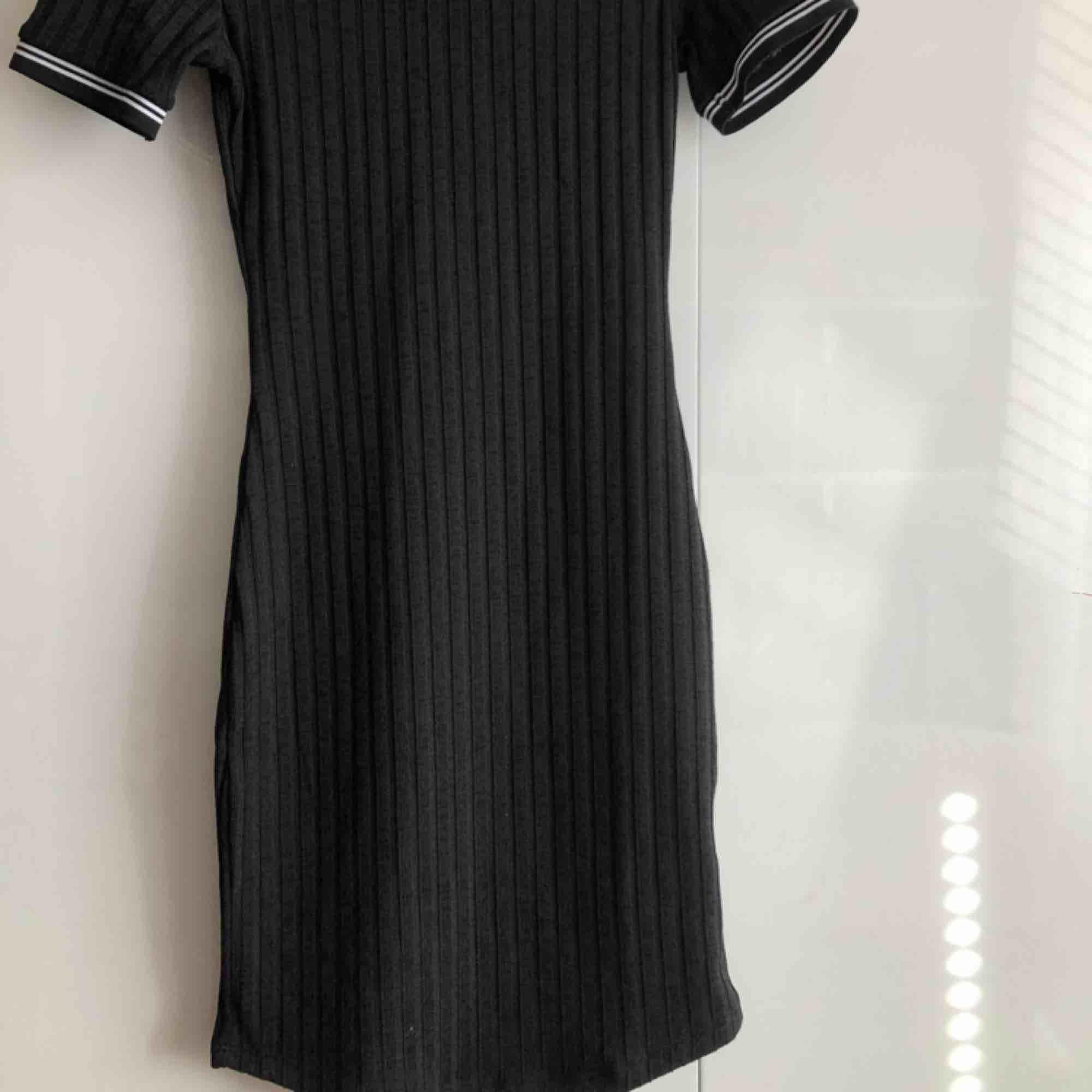 Svart tight klänning som formar sig efter din kropp! Aldrig använd. Frakt tillkommer. Klänningar.