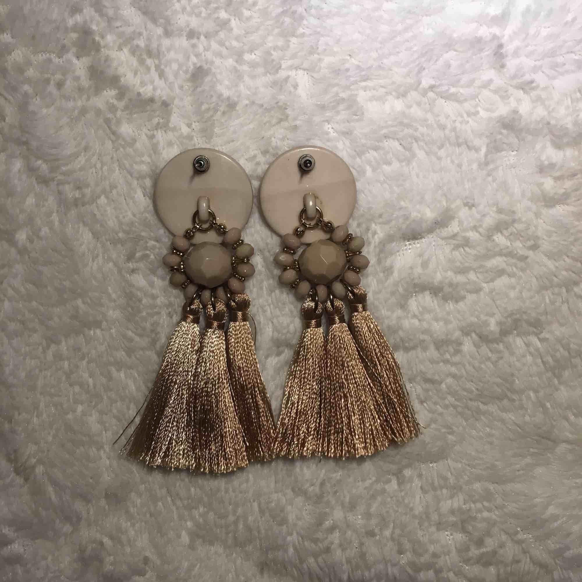 Ascoola örhängen från Gina tricot, köpte dem för 70kr. Har endast använt dem 2 ggr och dem är såklart rengjorda. Dem är 10 cm längd och 3 cm bredd. Frakt kostar 10kr!<3. Accessoarer.