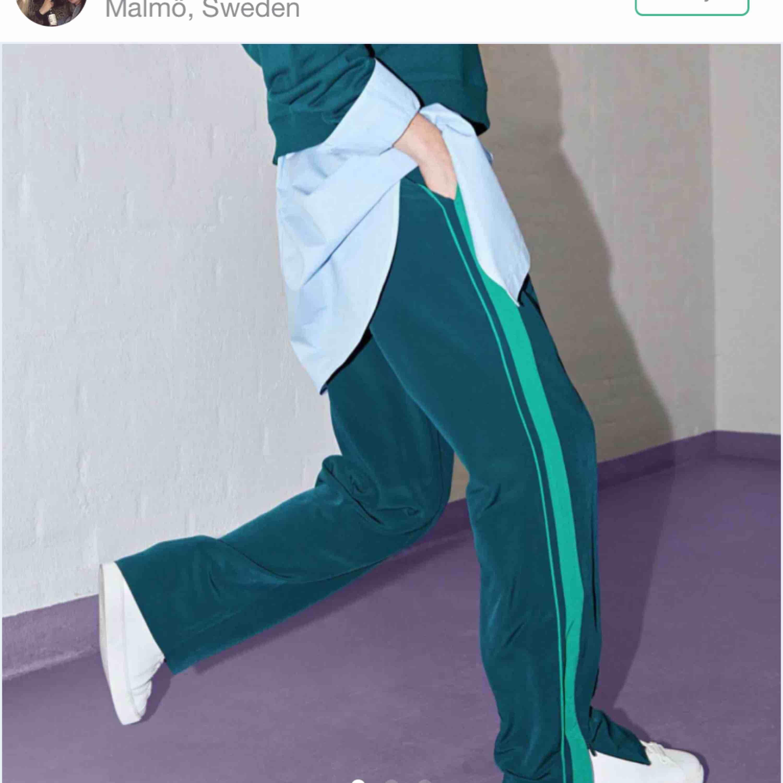 Fina gröna byxor från Monki! Fint skick! Köpta här på plick men passade tyvärr inte mig! Köparen står för frakten! . Jeans & Byxor.