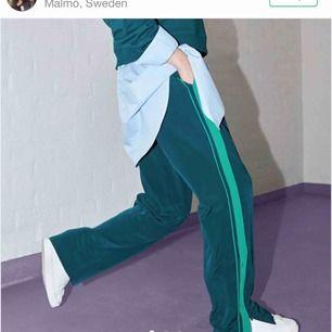 Fina gröna byxor från Monki! Fint skick! Köpta här på plick men passade tyvärr inte mig! Köparen står för frakten!