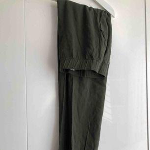 Mossgröna byxor! Fint skick  Frakt tillkommer
