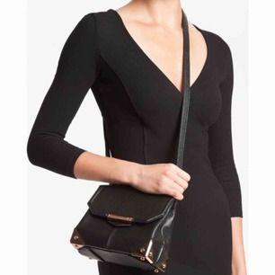 Oanvänd Marion väska från Alexander Wang. Det är den lilla läder och silver modellen i nyskick. Självklart äkta! Pris kan diskuteras, spårbar frakt på 90kr tillkommer :)