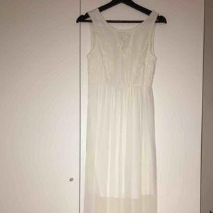 En vit lång klänning från Vera Moda med spets detaljer i storlek S. V-ringad rygg.🥰 pris kan diskuteras alltid❤️