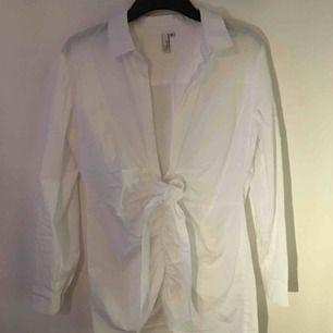 jättefin skjortklänning med knytning fram! härligt och luftigt material perfekt till sommaren. går även att styla med lite tightare byxor under!