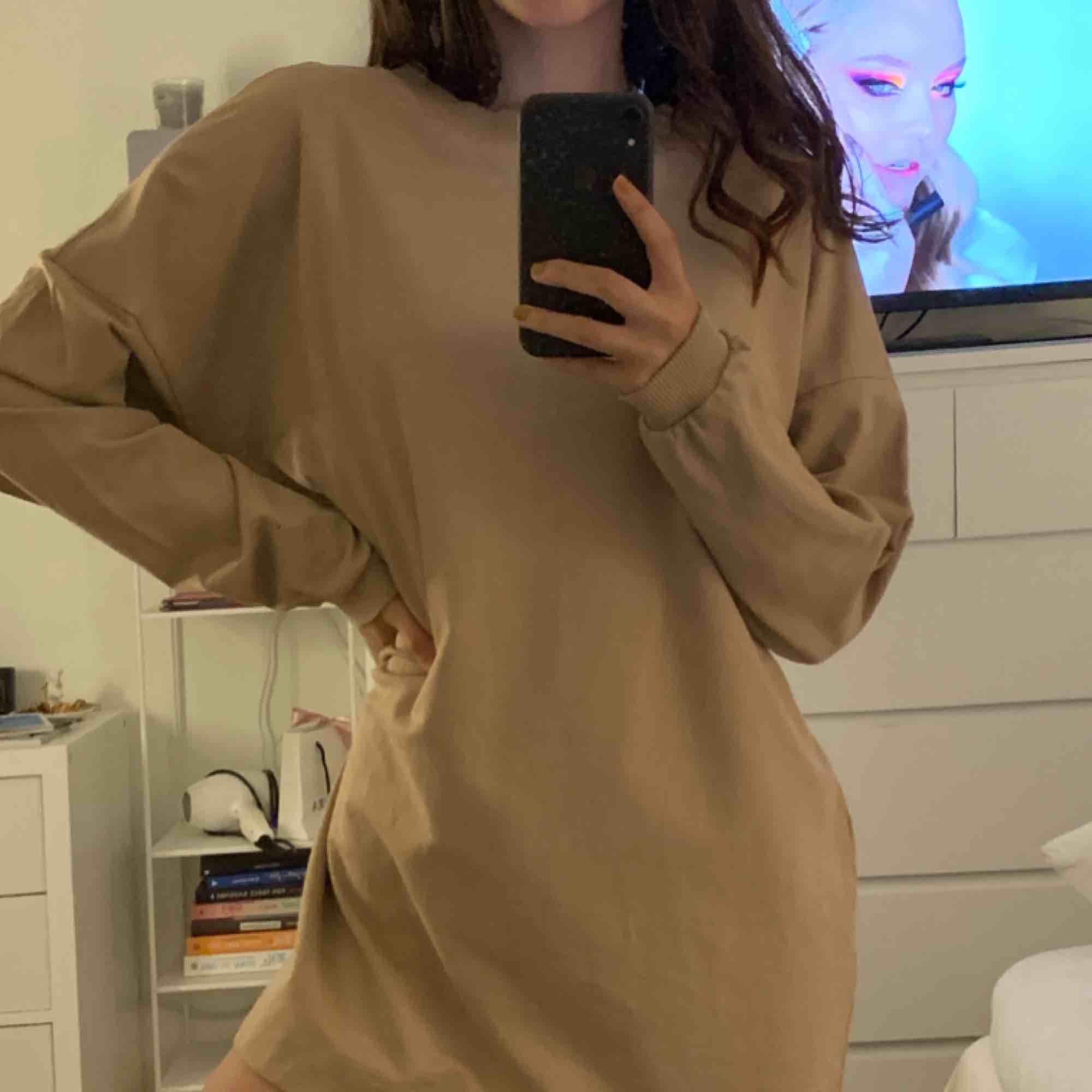 snygg klänning från nelly, tycker den e assnygg men använder den aldrig idk vrf men jättebra skick iaf (frakt ingår). Klänningar.