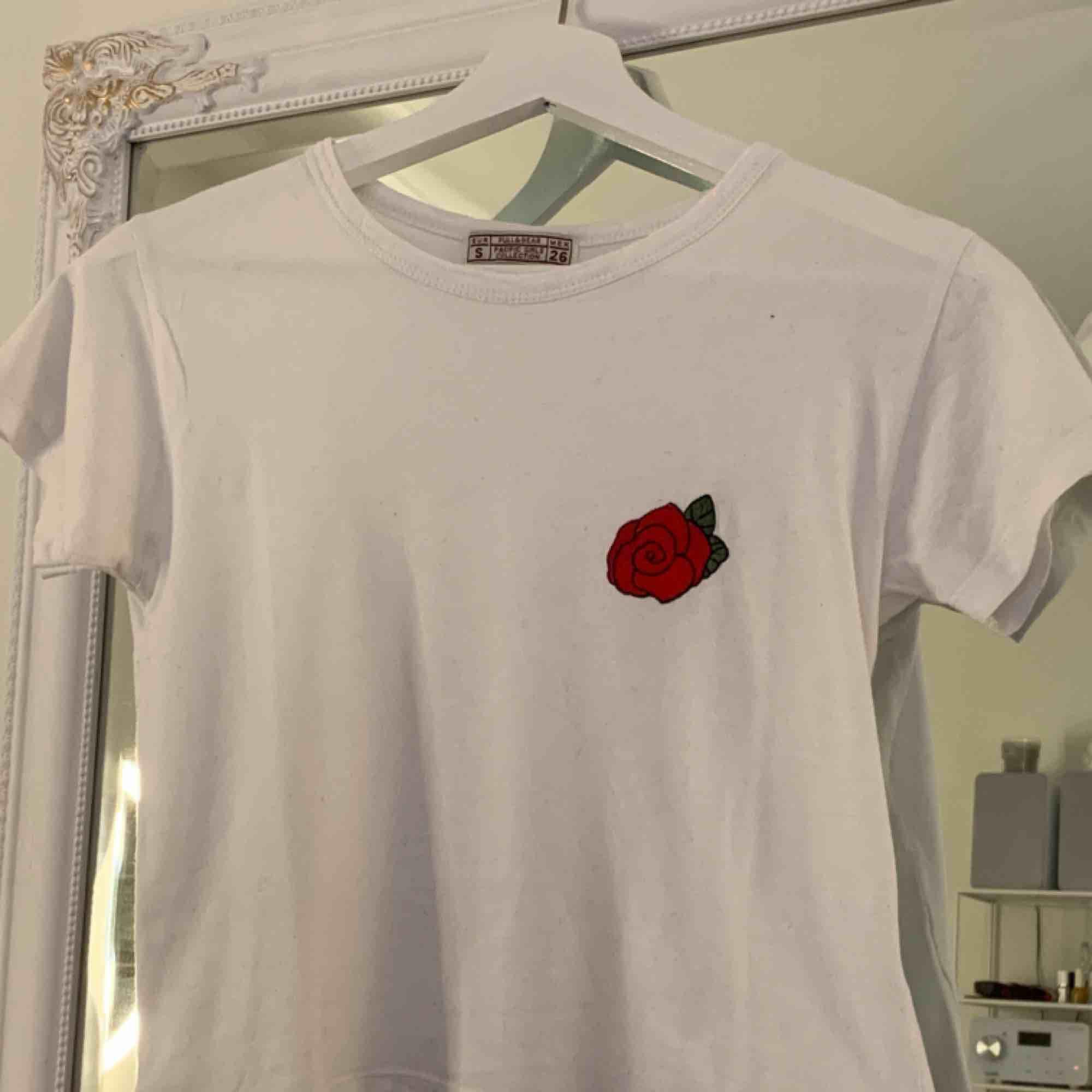 supersöt topp från pull&bear - använd några gånger men asbra skick . T-shirts.