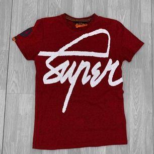 Äkta röd herr superdry tröja storlek M, lite sprucken i trycket men annars fint skick. Kostar $65 i nypris, ca 618kr. Frakt kostar 36kr extra, postar med videobevis/bildbevis. Jag garanterar en snabb pålitlig affär!✨ ✖️Fraktar endast✖️