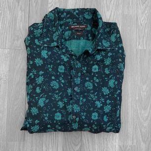 """Äkta svart/mörkblå/blå skjorta från Michael Kors storlek L i mycket fint skick. Modellen på skjortan heter """"Slim-Fit Floral Linen Shirt"""" och kostar 145£ i nypris, ca 1700kr. ✖️Fraktar endast✖️"""