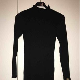 En svart stickad klänning från Chiara Forthi. Ursprungligt pris: 500kr💓