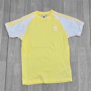 Gul/vit herr t-shirt från Adidas storlek S i superfint skick, endast använd ca 2/3 gånger.  Frakt kostar 36kr extra, postar med videobevis/bildbevis. Jag garanterar en snabb pålitlig affär!✨ ✖️Fraktar endast✖️
