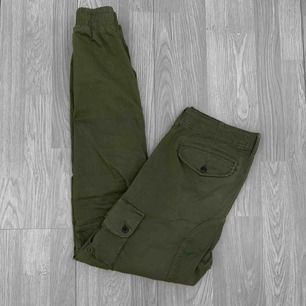 """Gröna herr cargo pants från Jack&Jones storlek 32/34 (ca M/L) Modellen heter """"anti-fit"""". I använt men fint skick. Nypris 600kr. Frakt kostar 63kr extra, postar med videobevis/bildbevis. Jag garanterar en snabb pålitlig affär!✨ ✖️Fraktar endast✖️"""