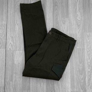 """Äkta mörkgröna herr Michael Kors cargo pants i storlek 34/32 (ca L/XL)  i nyskick.  Modellen heter """"cotton faille cargo pants"""", nypris $165, ca 1550kr. ✖️Fraktar endast✖️"""