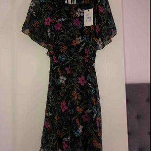Jättesöt klänning som aldrig blivit använd💖 Nypris: 299kr Köparen står för frakten✨