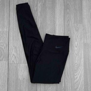 Svarta högmidjade dri-fit träningstights från Nike storlek S i fint skick.  Frakt kostar 36kr extra, postar med videobevis/bildbevis. Jag garanterar en snabb pålitlig affär!✨ ✖️Fraktar endast✖️