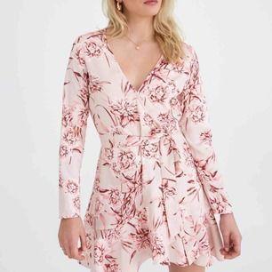 Elina wrap dress från GinaTricot som ej säljs mer, endast ANVÄND 1 GÅNG.  I perfekt skick, ord pris 499kr