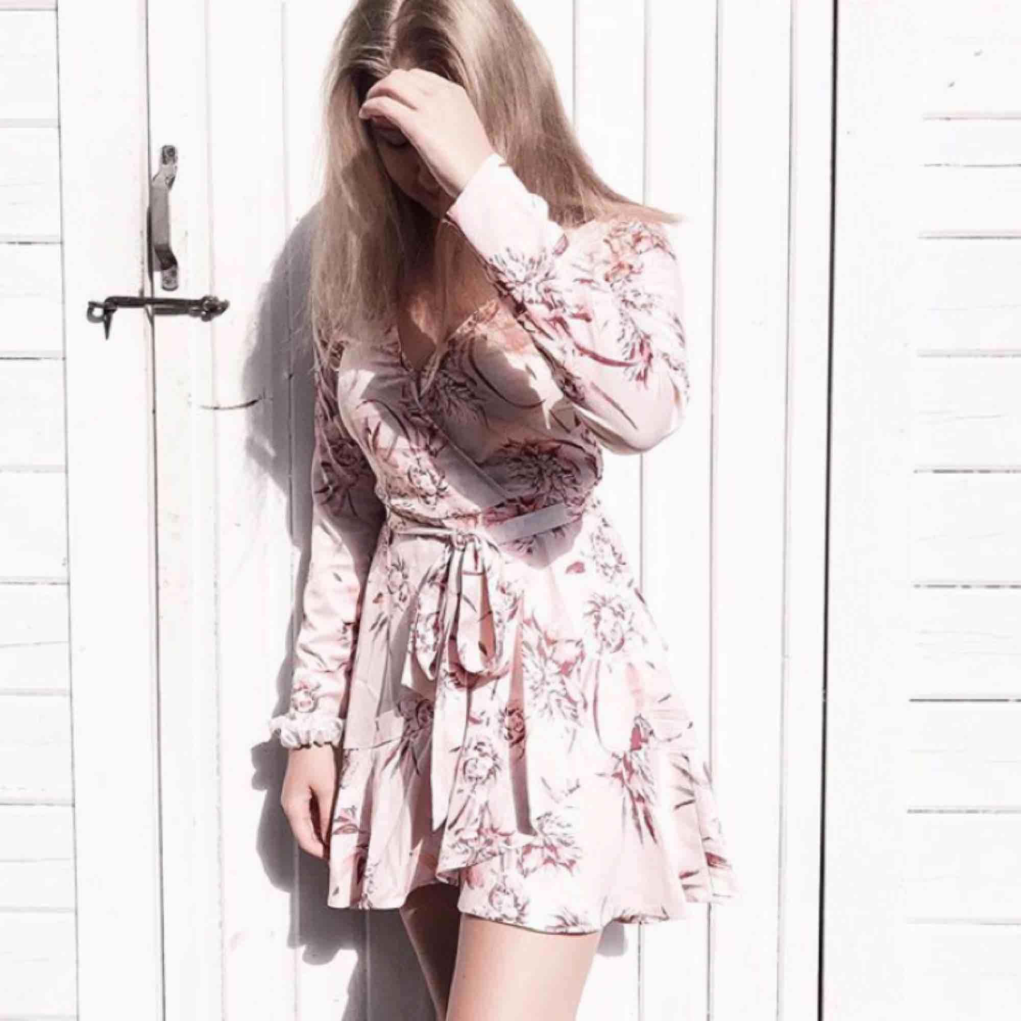 Elina wrap dress från GinaTricot som ej säljs mer, endast ANVÄND 1 GÅNG.  I perfekt skick, ord pris 499kr. Klänningar.