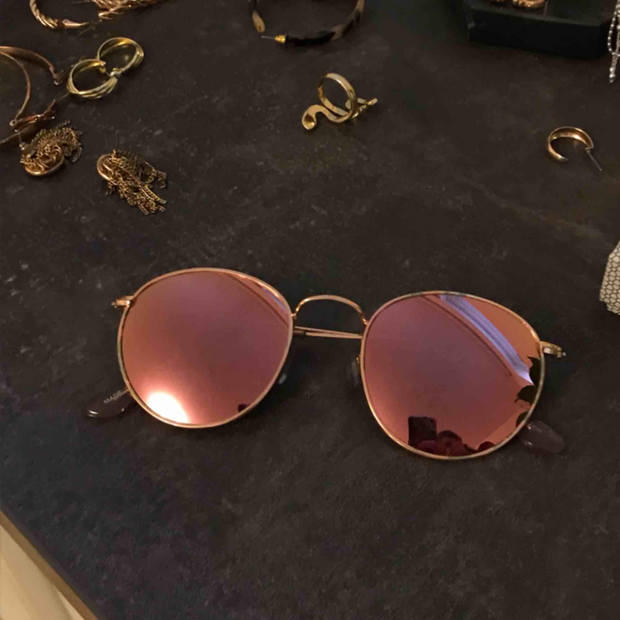Solglasögon från ZARA. Lite nötta på metallramen men annars i bra skick.. Accessoarer.