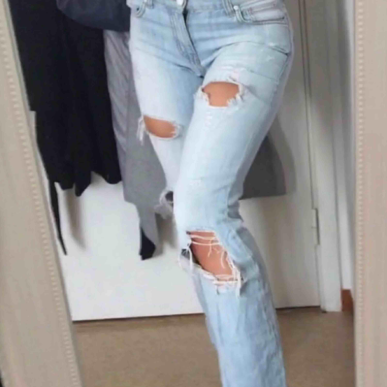 Jeans med snygga slitningar, passar bra i längden för mig som är 1,63. Jeans & Byxor.