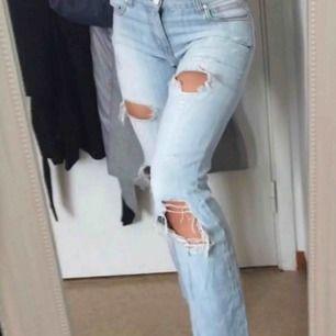 Jeans med snygga slitningar, passar bra i längden för mig som är 1,63