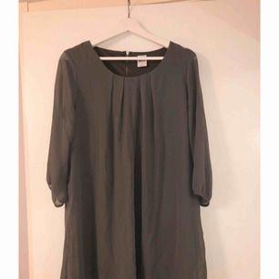 Jättefin grå klänning med liten dragkedja i ryggen, använd 1 gång.