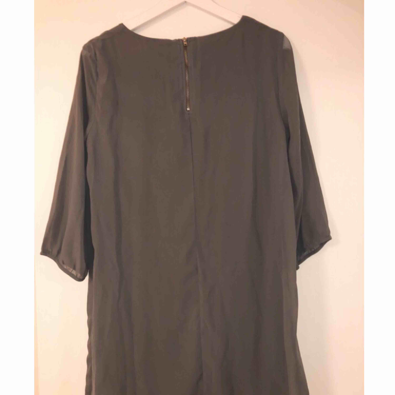 Jättefin grå klänning med liten dragkedja i ryggen, använd 1 gång.. Klänningar.