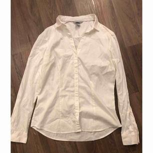 Jättefin vit figursydd skjorta. Aldrig använd, säljes då jag har alldeles för många vita skjortor.