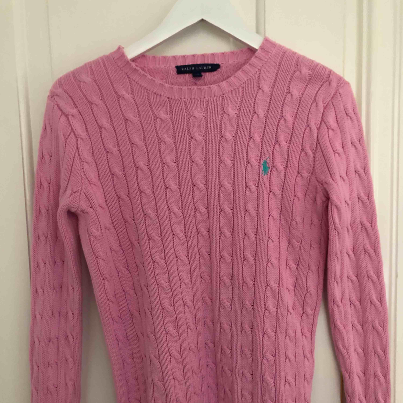 Stickad rosa Ralph Lauren tröja i mycket fint skick!. Tröjor & Koftor.