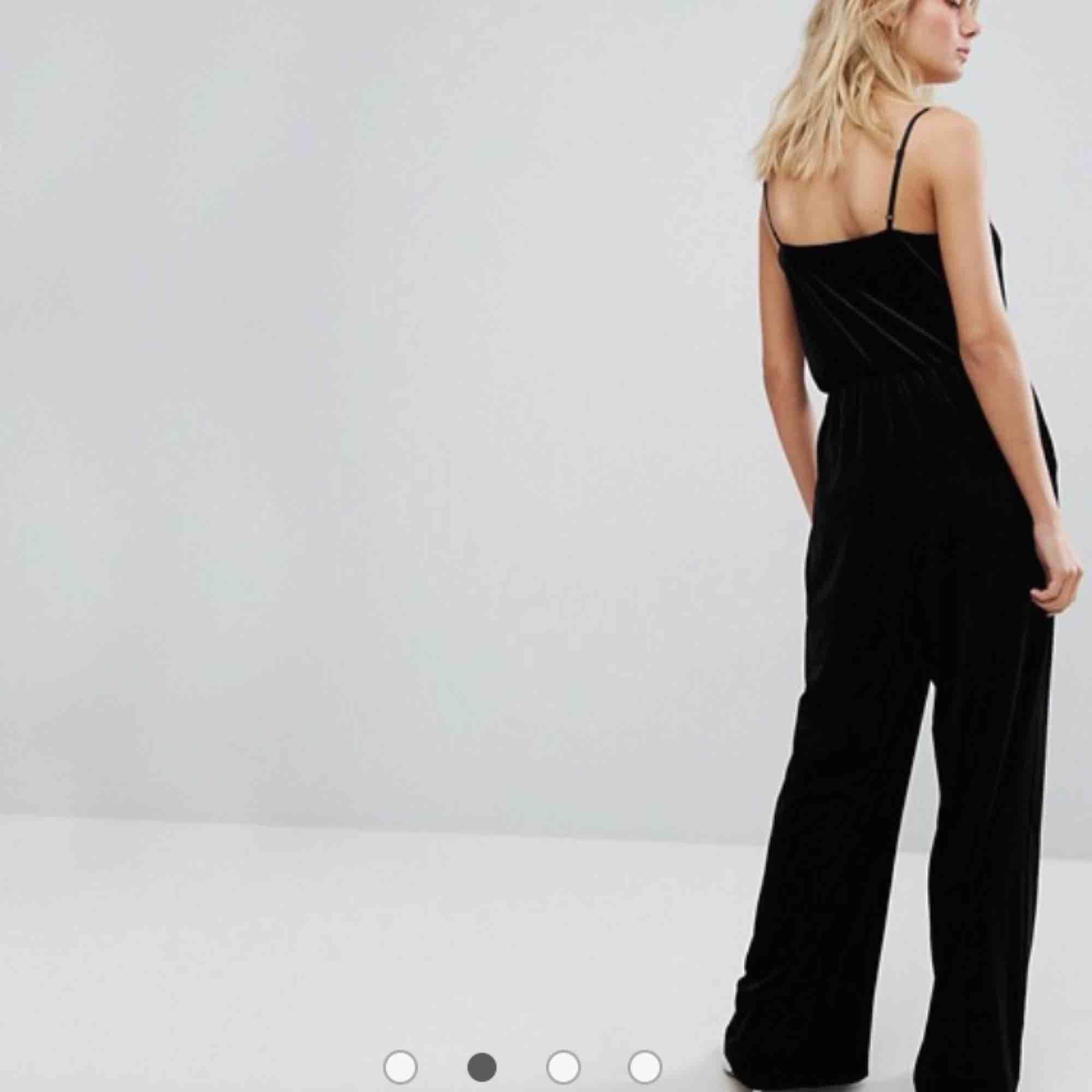 Jumpsuit i svart/mörkgrått sammet från weekday. Använd en gång så i fint skick! Köparen står för frakt🌷 . Klänningar.