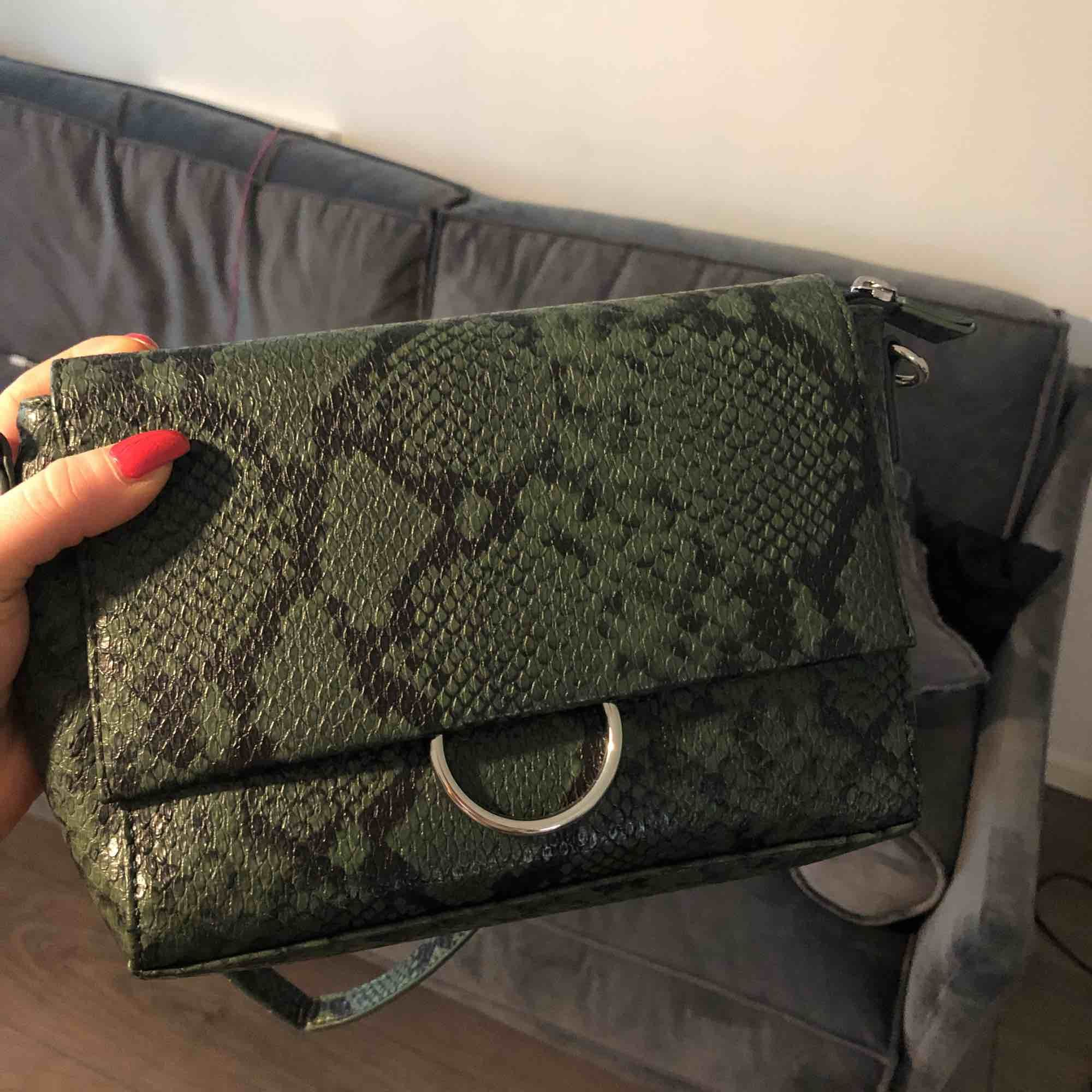 Snygg väska med ormskinnsmönster . Accessoarer.