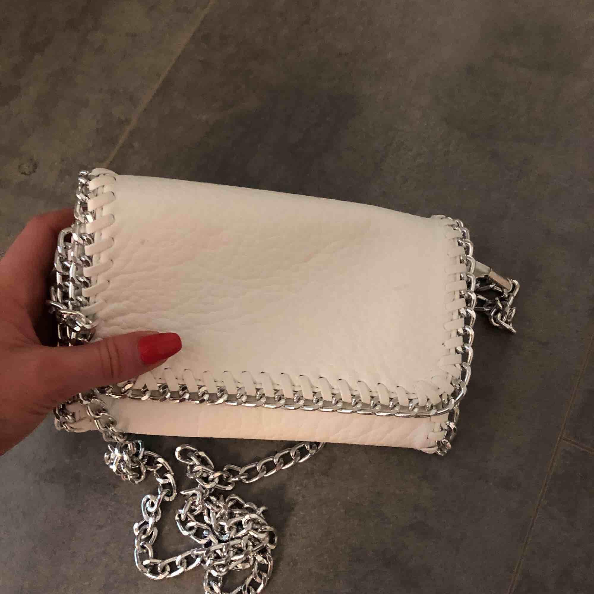 Vit liten väska  Ca 20X15 cm. Accessoarer.