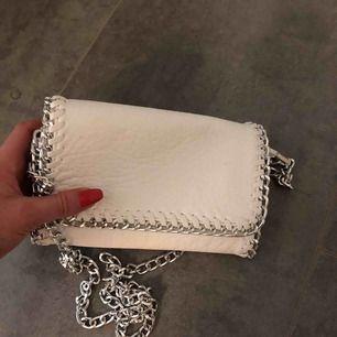 Vit liten väska  Ca 20X15 cm