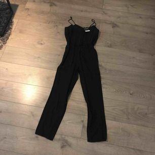 Jättefin svart jumpsuit från topshop Tyvärr för liten för mig , skulle nog säga att sen passar en XS/S