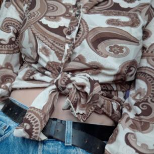 Cool skjorta med balla mönster.🌱