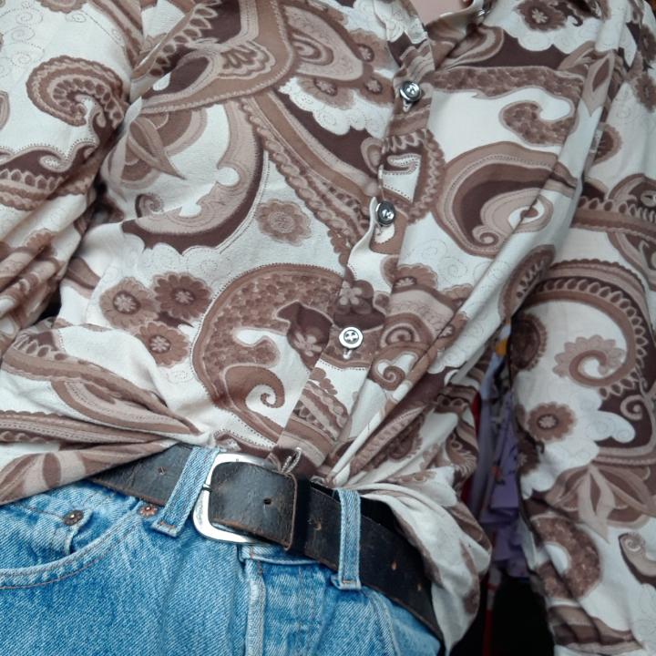 Cool skjorta med balla mönster.🌱. Skjortor.