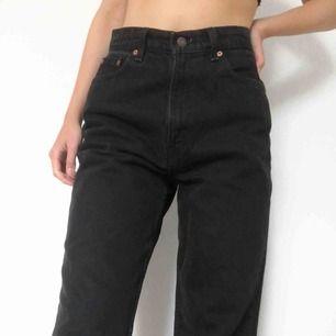 Snygga gråsvarta levis jeans i modellen 521. Jeansen är raka i modellen som ni kan se om ni kollar på bild 3. Frakten ligger på 50 kr