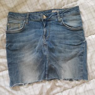 En ljusblå kjol men silverditaljet från lager 157 i toppskick, använd max 2 gånger eftersom den är för stor för mig i midjan (är en XS i midjan)  Köparen står för frakten!🌻