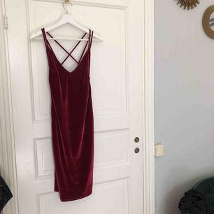 Superfin röd sammetsklänning från bikbok, använd 1 gång 💄 är lite insydd i överdelen, men går att sprätta upp om man vill!   Finns i Uppsala, annars står köparen för frakt.