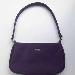 Söt 99-tals väska i en fin lila färg