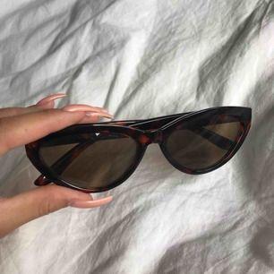 Solglasögon från Weekday. Nyskick, inga skråmor eller repor. Nypris 200kr. Frakt tillkommer på 27kr.