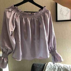 """Svinfin """"offshoulder"""" tröja i lila """"silk"""" material , använd en gång. Frakt ingår i priset!!! Köpt är köpt!!!"""