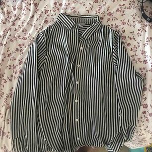 Randig fin skjorta i storlek 34 i bra skick
