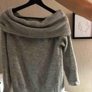 """Stickad grå tröja ifrån """"Jacqueline de Yong"""" offshoulder då den """"viks över axlarna"""" frakt ingår i priset!!! Köpt är köpt!!!"""