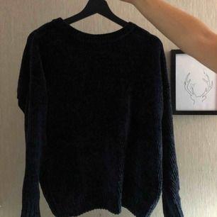 Lite ribbad/räfflad super mjuk tröja från primark i marinblått, frakten ingår i priset!!! Köpt är köpt!!!!